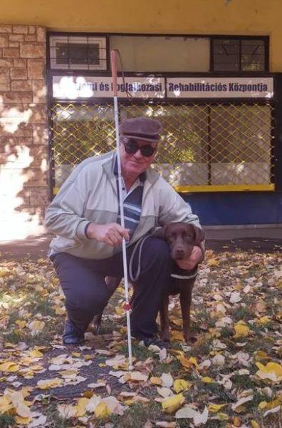 Modok Sándor guggol Infra navű labradorja mellett