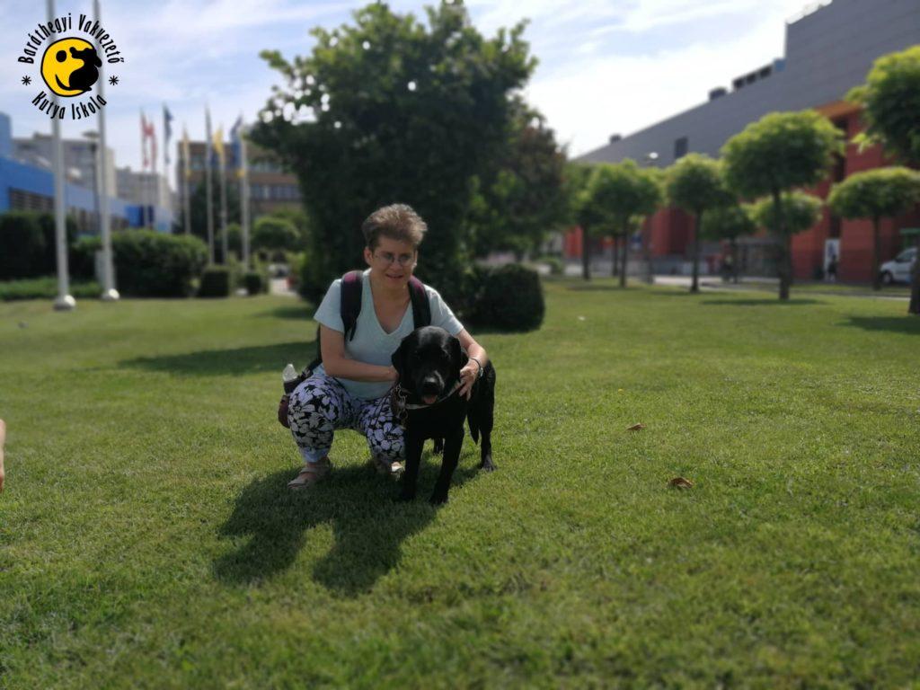 Lilla átöleli Ingát, a fekete labradort a sikeres vizsga után