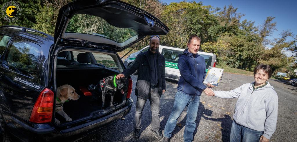 Kiwi és Diamond azonnal be is szálltak a gyönyörű autó csomagtartójába. Szakmai vezetőnk, Komondi Piroska pedig átnyújtott egy oklevelet a Fair-Trade Dental Kft vezetőinek