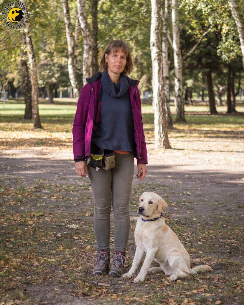 Mítosz büszkén nézi a többi szaladgáló kutyát, de nem mozdul el kölyöknevelője lába mellől